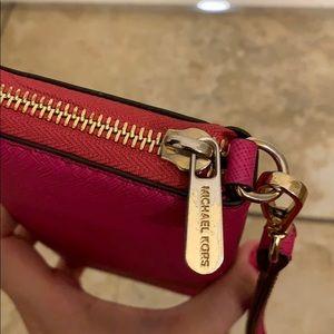 Michael Kors Bags - Michael Kors Jet Set Multifunction Phone Wallet
